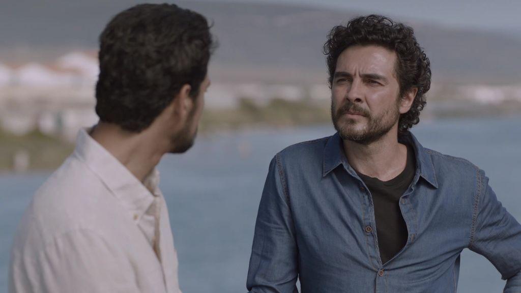 Bruno es detenido y el teniente Menéndez le pone en libertad... y acepta su oferta