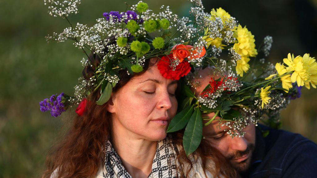 Durante días, la gente acude allí disfrazada con flores y otros trajes
