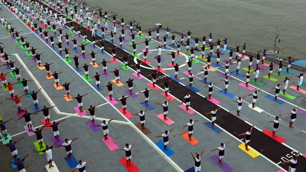 Los marines indios practican yoga