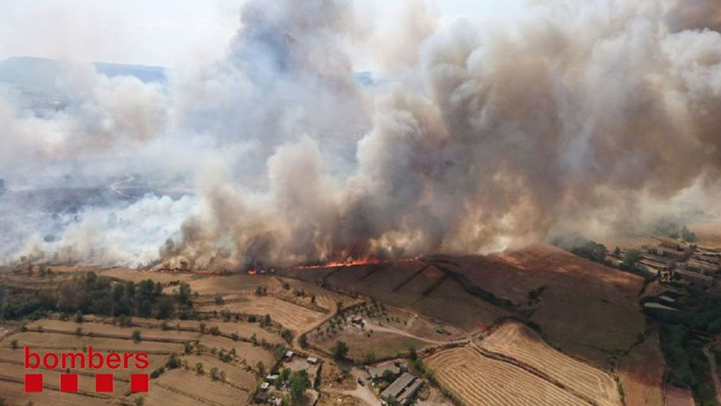 Un aparatoso incendio afecta a 30 hectáreas de cultivo en Barcelona
