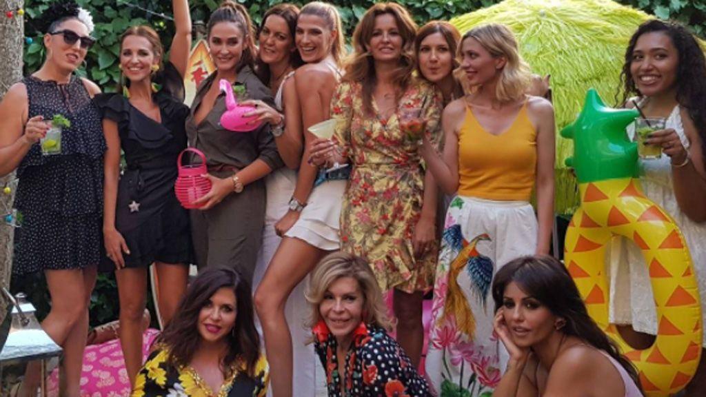 Fiesta tropical: Paula se relaja entre amigas tras unos días de estrés