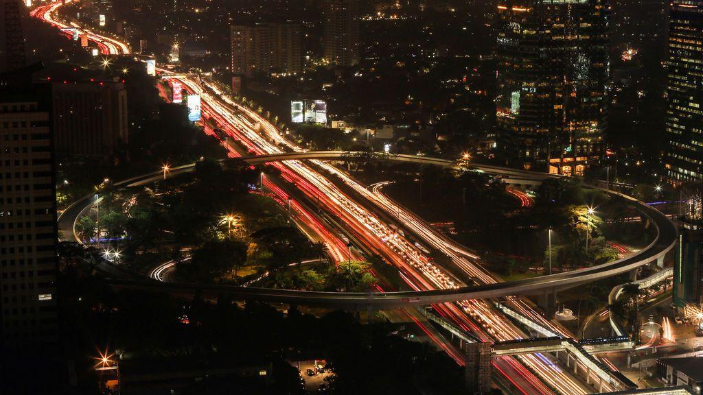 Vista nocturna del tráfico en Yakarta