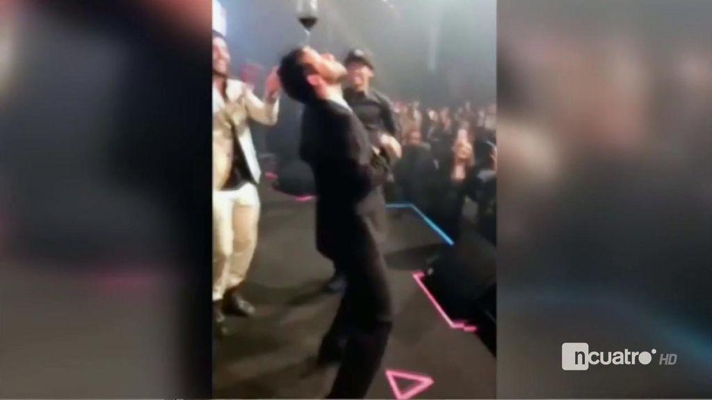 Los malabares de Neymar bailando samba con una copa de vino en la frente