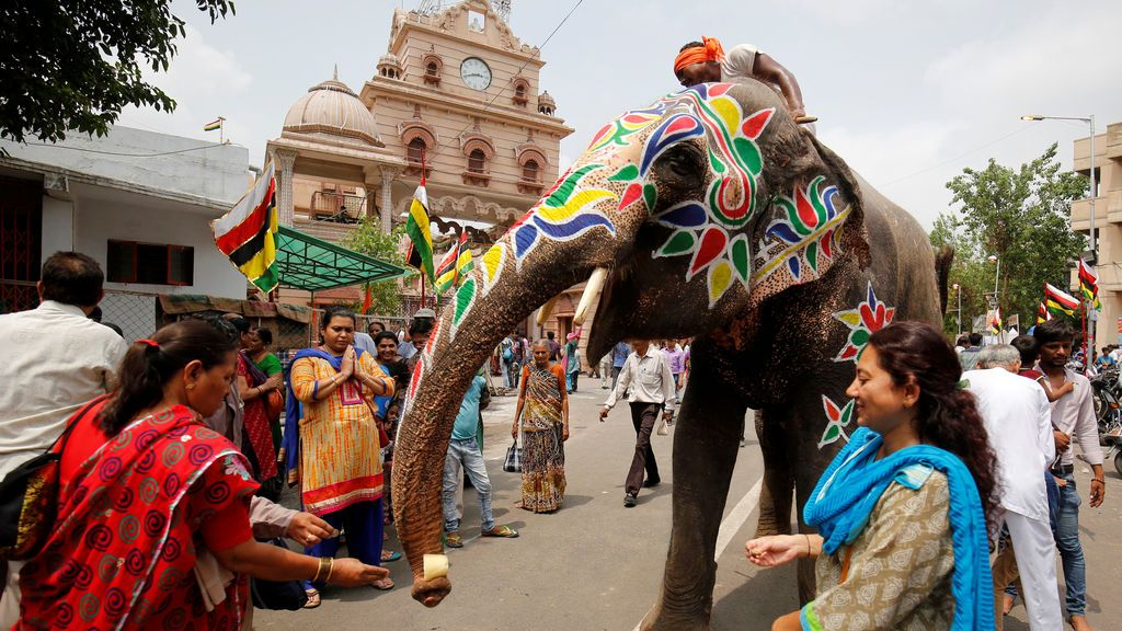 Devotos hindúes hacen ofrendas a un elefante