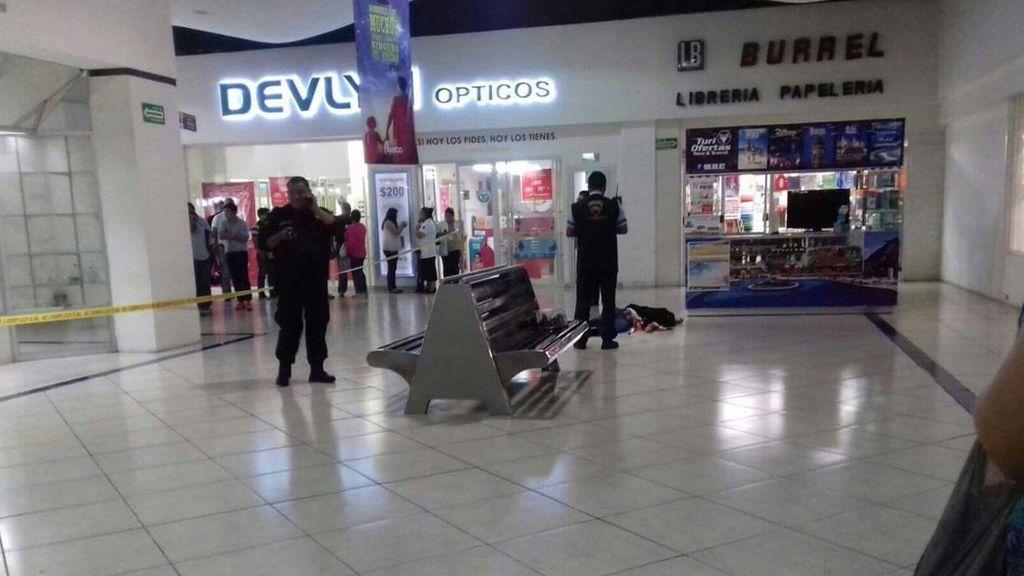 Muere tras ser apuñalada por su pareja en un centro comercial en Yucatán, México