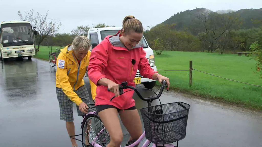 ¡Imperdible! Mireia Belmonte aprende a montar en bicicleta gracias a la ayuda de Calleja