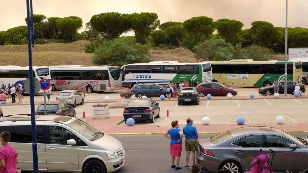 Cortan las dos carreteras de salida de Matalascañas por el fuego de Moguer