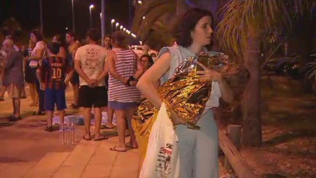 El fuego sorprende a más de 2.100 turistas que han tenido que ser desalojados