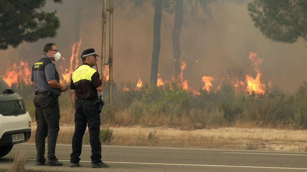 Fuera de control: El incendio de Moguer se extiende en todas direcciones por el  viento