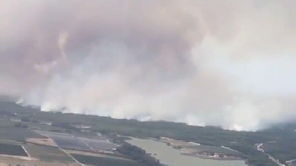 El incendio visto desde el aire: la lucha contra el fuego se libra en el entorno de Doñana