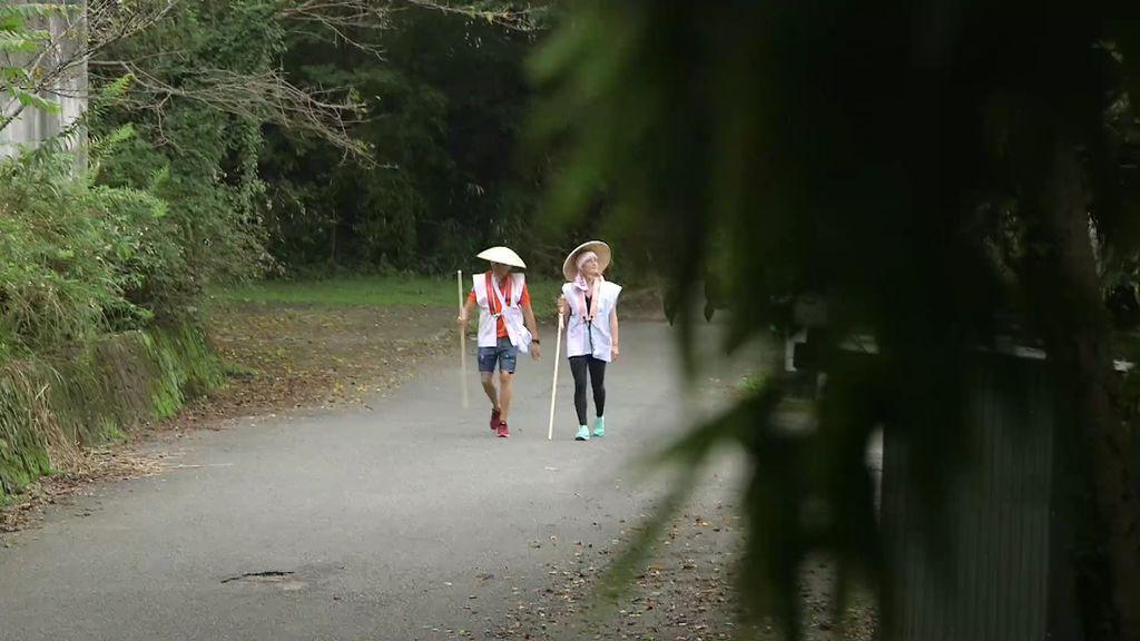 Mireia Belmonte y Calleja se convierten en unos auténticos peregrinos ¡Con atuendo incluido!