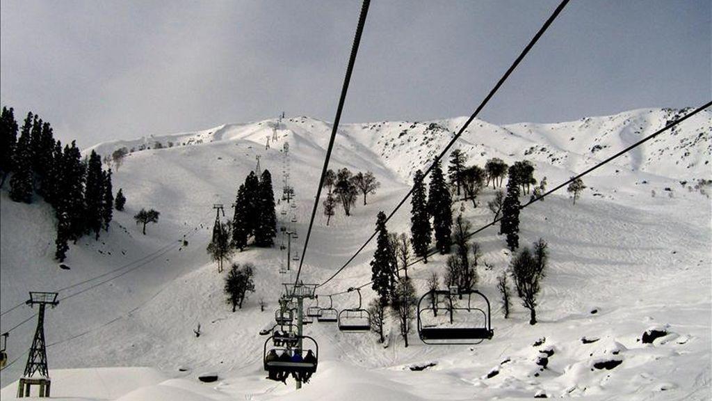 7 muertos y 150 afectados al estrellarse un teleférico en una pista de esquí en la Cachemira india