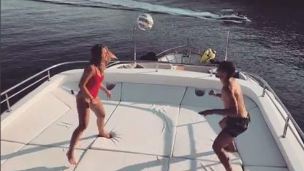 La mujer de Kovacic, Izabel Andrijanic, demuestra su toque de balón retando a su marido
