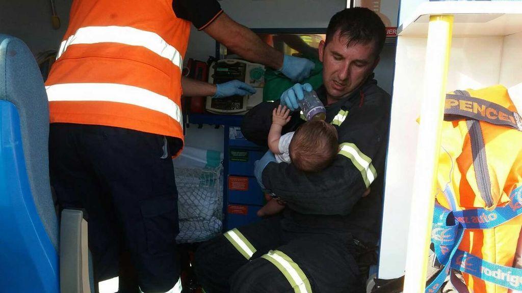 El bombero que da el bibi a un bebé rescatado entre los amasijos de hierro del coche de sus padres