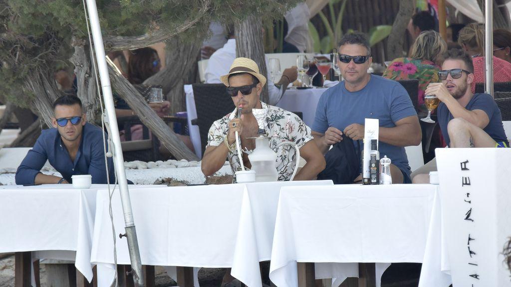 Mario Casas no para: catamarán, cachimba y bien de amigos en sus vacaciones ibicencas