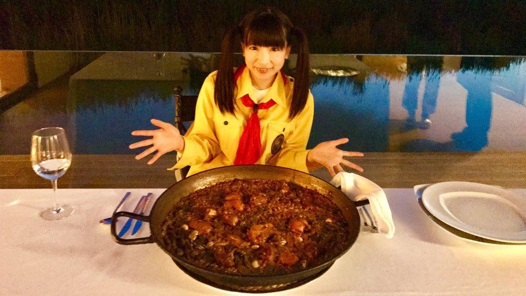 Las locuras gastronómicas de Moe Azu: la japonesa que se come 11 paellas en tres días