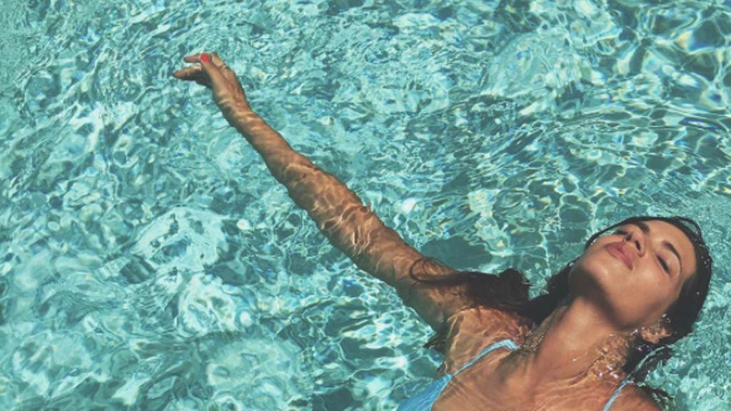 Sara Carbonero dice sí al piscineo, al bañador versus bikini... ¡y al omnipresente flamenco!