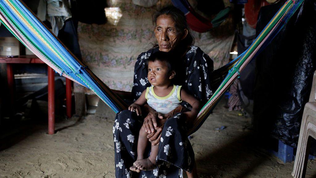 Imagen de una abuela con su nieta en Venezuela
