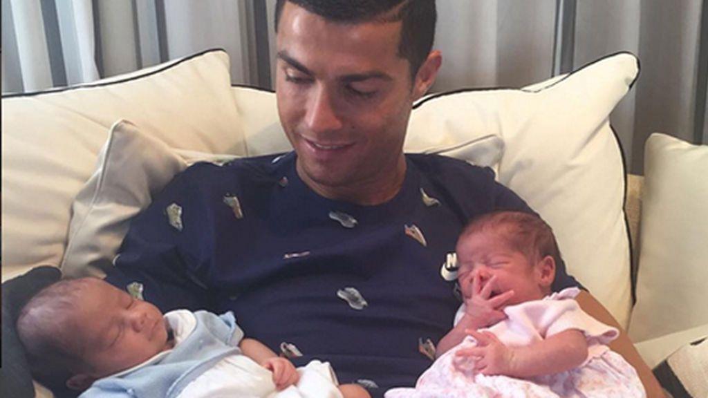 Cristiano Ronaldo posa por primera vez con sus bebés