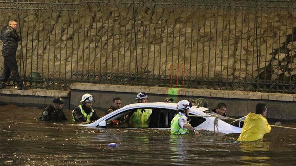 Una tormenta intensa inunda y colapsa el tráfico en Valle de México