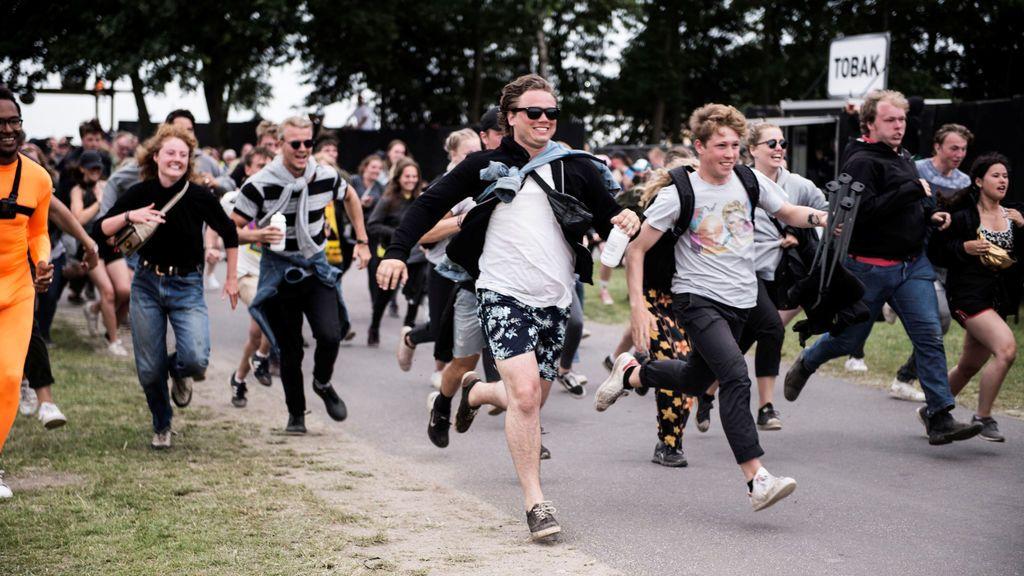 Miles de fans a la llegada de Roskilde Festival en Dinamarca