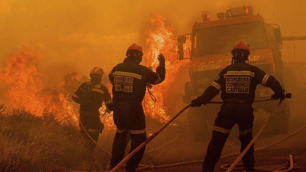 El viento complica la extinción del incendio  en la Sierra Calderona, que amenaza al municipio de Soneja
