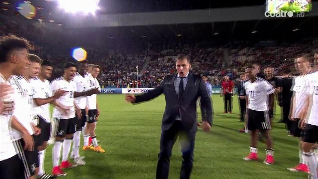 El bailecito de absoluta felicidad del seleccionador alemán durante la entrega del trofeo a los campeones