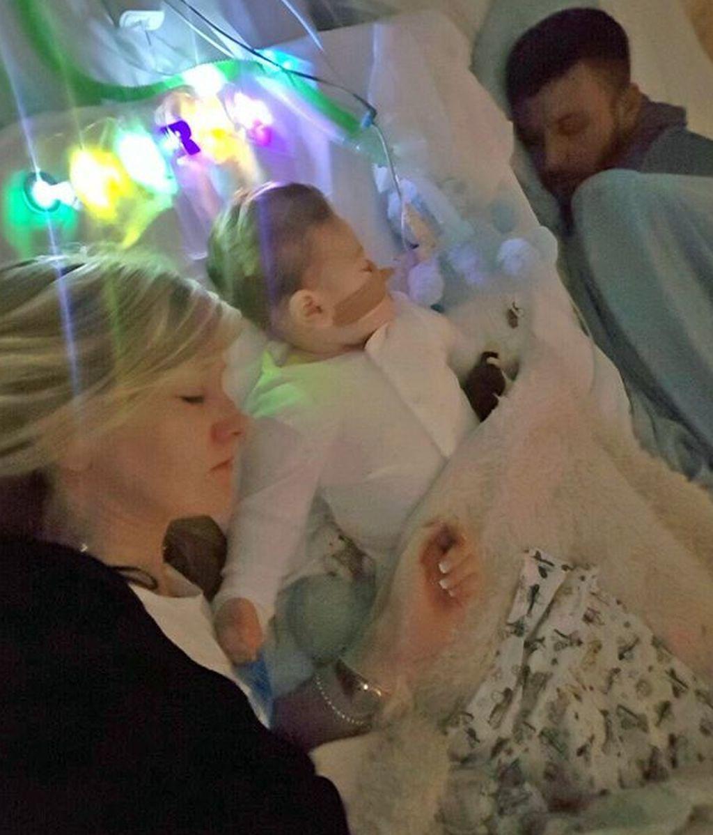 Adiós Charlie: los padres del bebé de 10 meses se despiden de él antes de ser desconectado