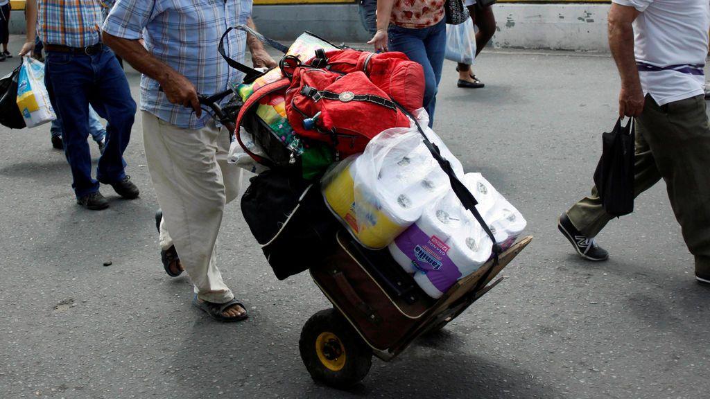 Una pareja roba 14 rollos de papel higiénico, alcohol y flores en un hotel
