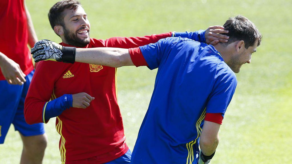 Iker Casillas se 'burla' del acento inglés de Jordi Alba en un vídeo de Piqué