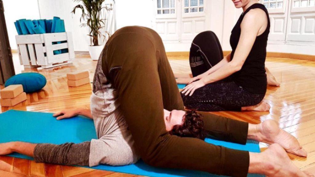Juan Avellaneda nos enseña su gran secreto: ¡es un crack del yoga!