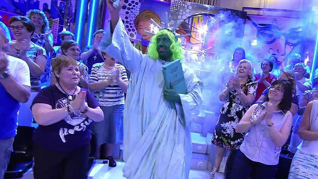 Rafa Mora, la Estatua de la Libertad verde chillón de 'Sálvame'