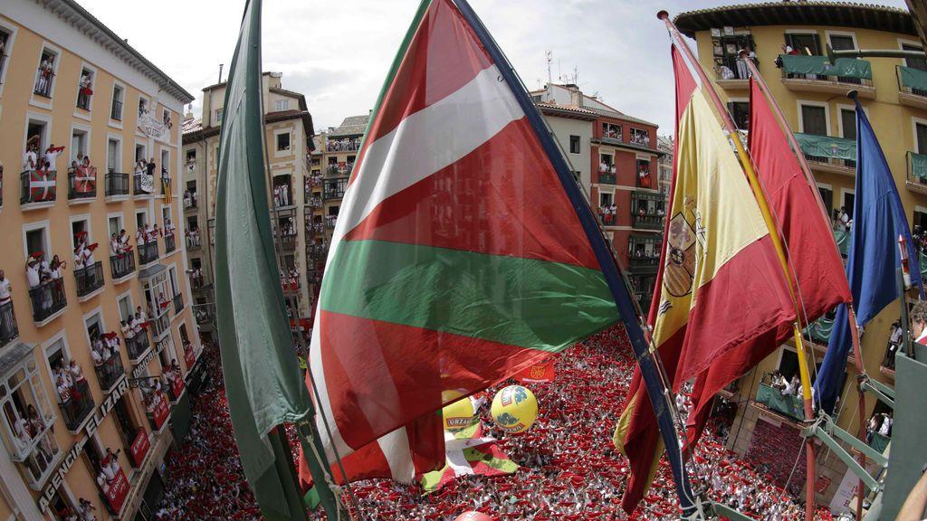 Colocada la ikurriña en la fachada del Ayuntamiento de Pamplona minutos antes del chupinazo