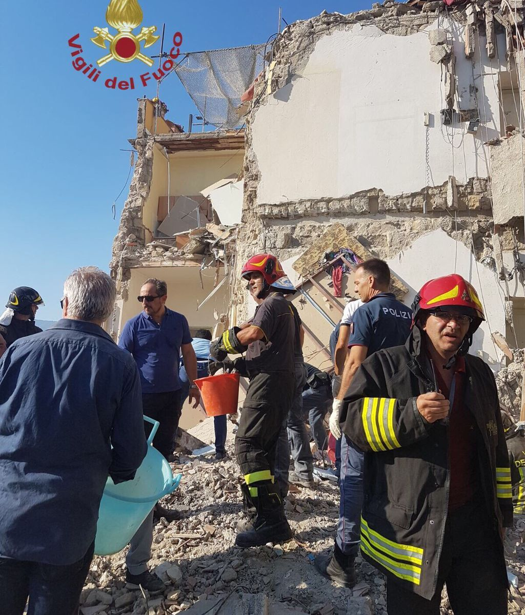 Atrapadas al menos dos familias al derrumbarse un edificio de cuatro pisos cerca de Nápoles