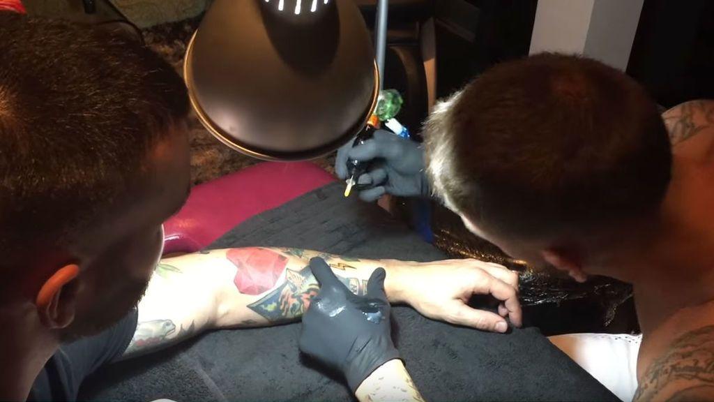 Ramos tatuando