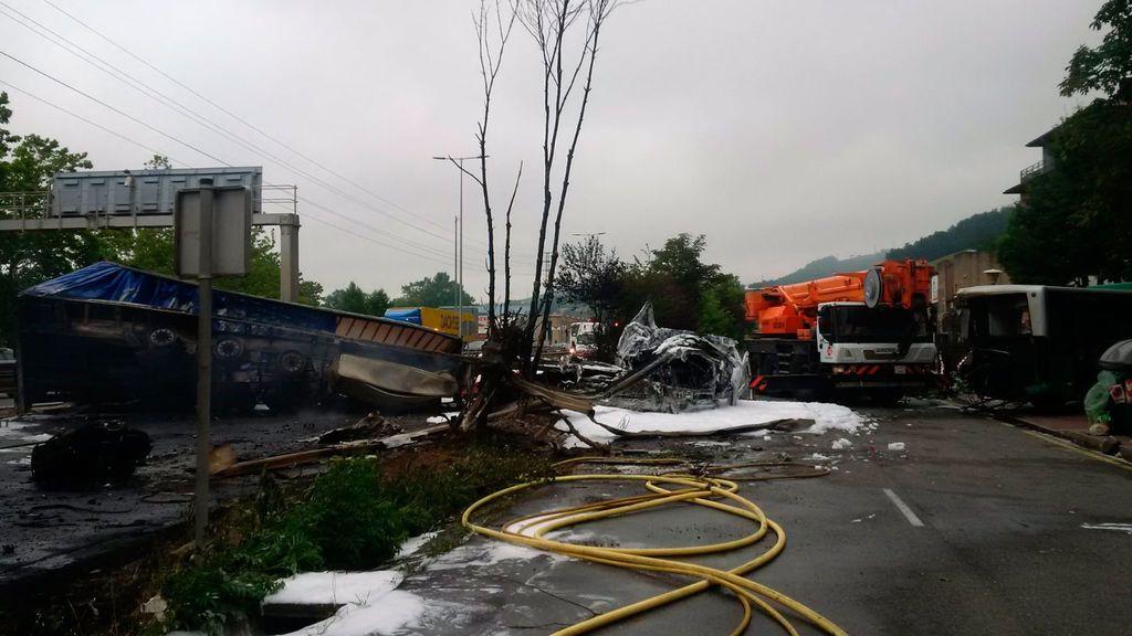 Heridas 17 personas, una grave, tras el choque entre un camión y un autobús en la N-1 a su paso por Irura (Guipúzcoa)