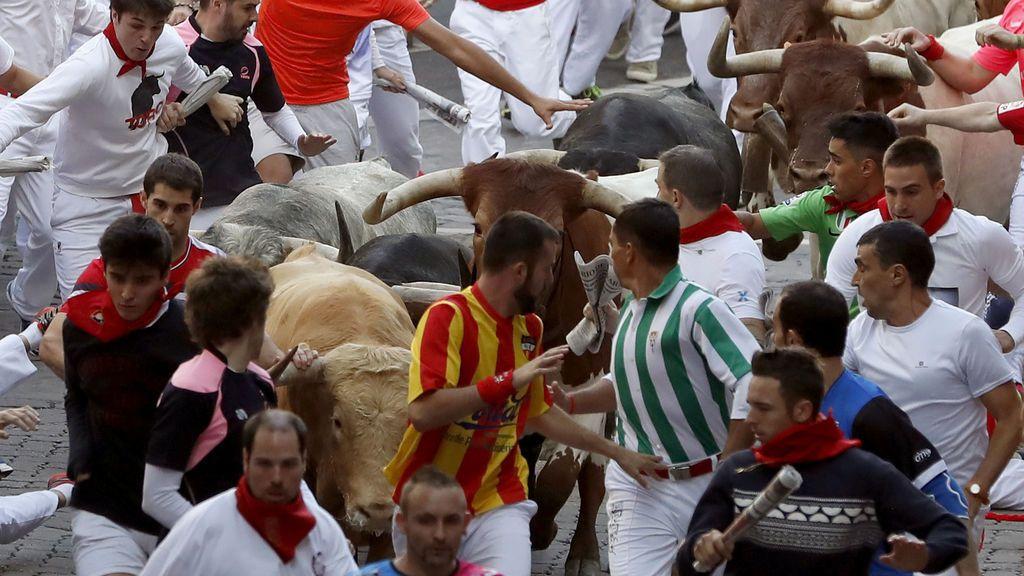 Tres heridos por asta de toro en el primer encierro de Sanfermines de Cebada Gago