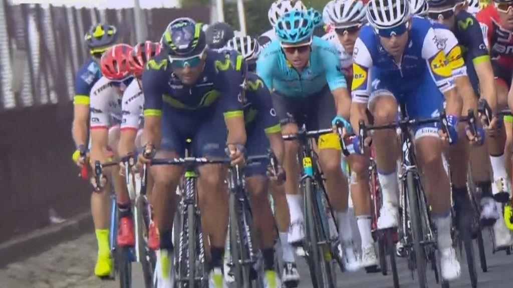 Le hacen un calvo a Castroviejo en el Tour y le lanza agua desde la bicicleta
