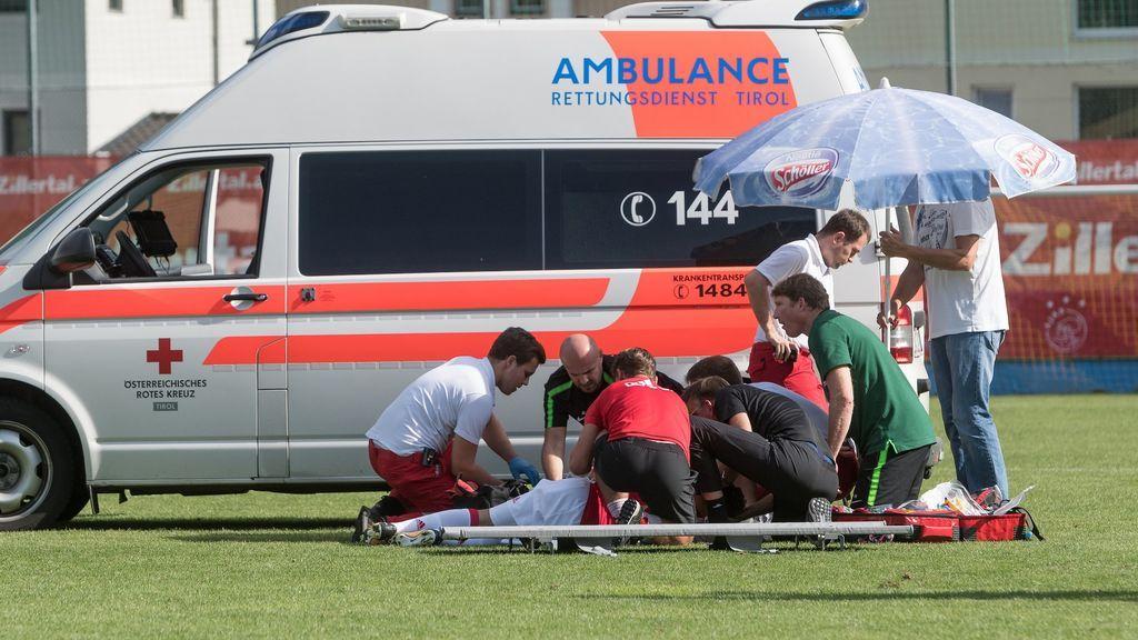 Un jugador del Ajax se desmaya en medio de un partido debido a una arritmia cardiaca