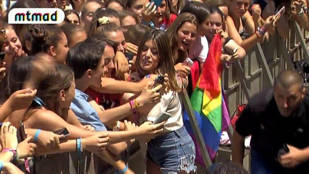 ¡Imperdible! Dulceida enloquece junto a sus fans con beso a Alba incluido