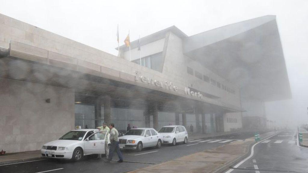 Roba un taxi con un bebé dentro en el aeropuerto Tenerife Norte