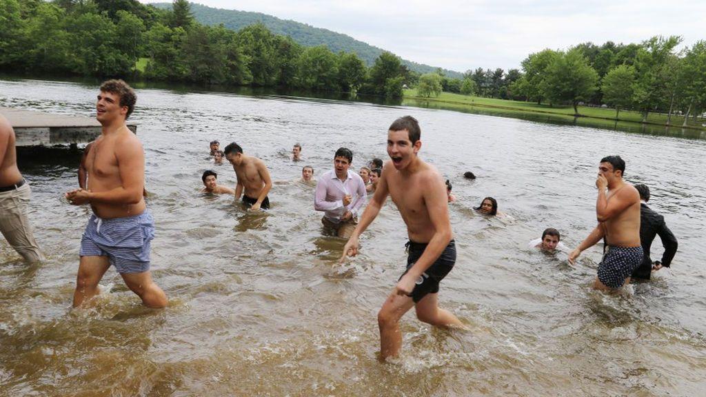 Los graduados se bañaron en el lago. Algunos en bañadores, otros en ropa interior y Felipe decidió bañarse con ropa incluida.