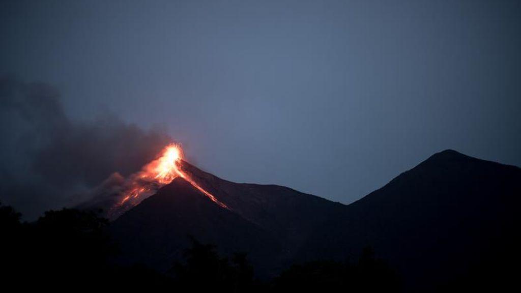 El volcán guatemalteco de Fuego inicia su sexta erupción del año