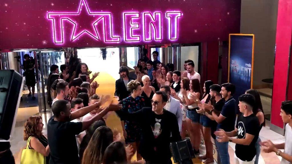 Locura fan en la alfombra roja de 'Got Talent 3' para recibir a Santi Millán y el jurado