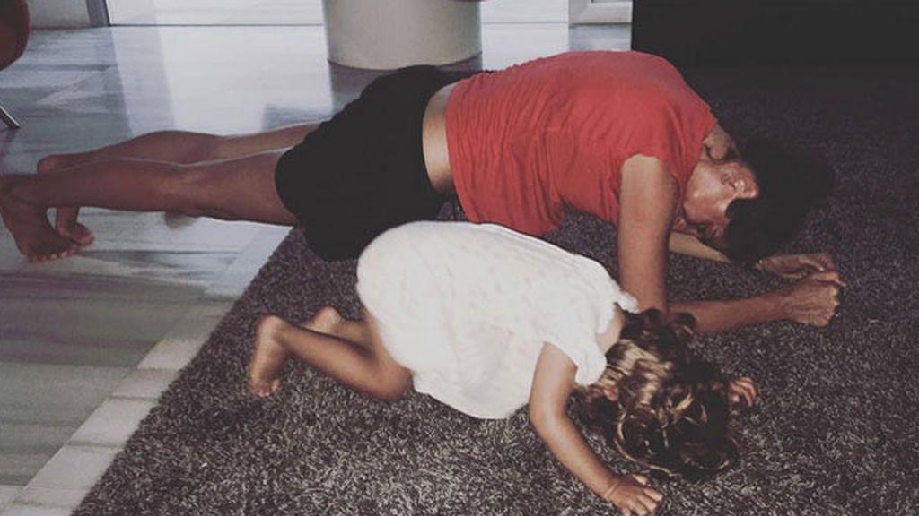 Carmen Rivera, 'baby-fit': así hace flexiones mañaneras con mamá Lourdes Montes