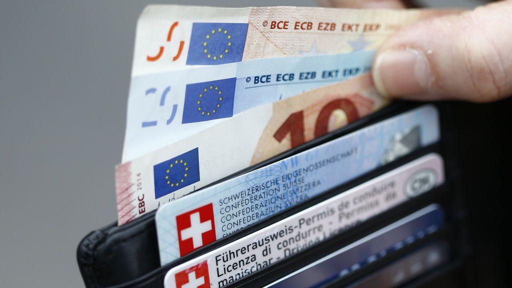 Un hombre se encuentra en la calle una cartera con 627 euros y la entrega a la Policía