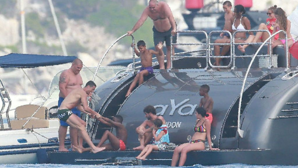 Agentes del Departamento de Aduanas registran el yate de Cristiano Ronaldo