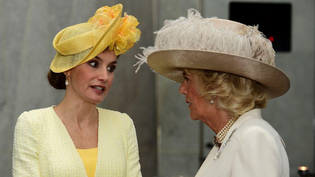Letizia, con un tocado a lo Isabel II en la visita oficial a Isabel II