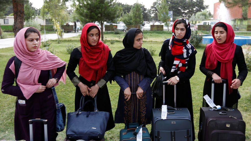 Afganas esperan sus visas de la Embajada de los EEUU en Kabul