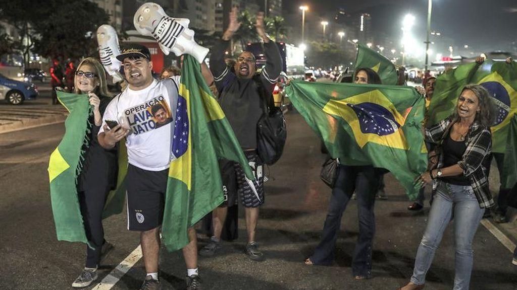 Manifestantes celebran la condena contra el expresidente Lula Da Silva